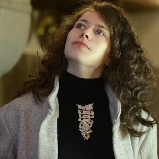 Cravate en porcelaine ou grès, bijou de la créatrice Claire Marfisi. f336a5024fe0