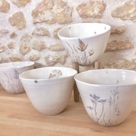 """Saladier """"envolée bleue de plantes"""" en porcelaine blanche - Myriam Aït Amar - Photo ©GARANCE CASSIEN"""