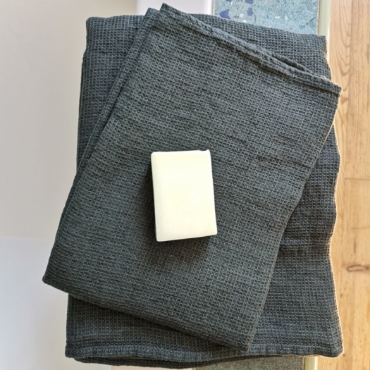 """Ensemble de serviettes de bain """"gris orage"""" nid-d'abeille en lin lavé - Linge Particulier - Photo ©GARANCE CASSIEN"""