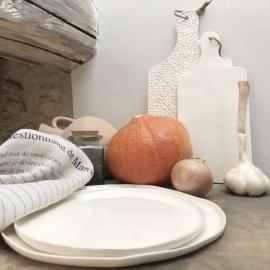 Assiette en faïence - Collection Basic - Planche impression - Moana Céramiques - Photo ©GARANCE CASSIEN