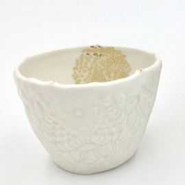 "Tasse Expresso ""nuée d'or"" en porcelaine blanche - Myriam Aït Amar - Photo ©GARANCE CASSIEN"
