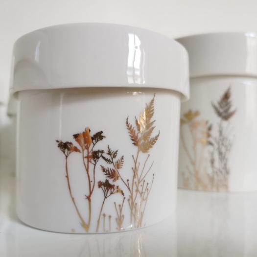 """Boîte """"Envolée"""" en porcelaine blanche et herbe d'or de Myriam Aït Amar - Photo © GARANCE CASSIEN"""