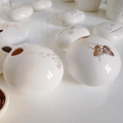 Soliflore rond porcelaine et or à poser de Myriam Aït Amar - Photo © GARANCE CASSIEN