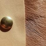 Mini pochette en Cuir Hélène - Nude & Poil camel - Léonny Cha - Photo © GARANCE CASSIEN