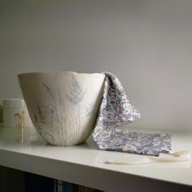 """Saladier """"envolée bleue de plantes"""" en porcelaine blanche - Myriam Aït Amar - - Photo ©GARANCE CASSIEN"""