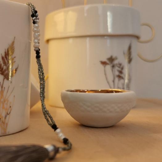 Mini coupelle dorée en porcelaine de Myriam Aït Amar - Photo © GARANCE CASSIEN