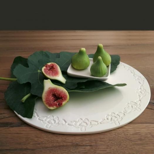 """Plat rond en faïence - Collection """"Guirlande de Fleurs"""" - Moana Céramiques - Photo ©GARANCE CASSIEN"""