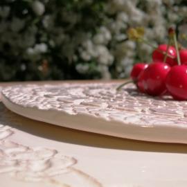 """Plat rond en faïence - Collection """"Dentelle"""" de Moana ceramiques ©GARANCE CASSIEN"""