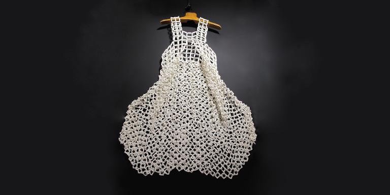 Claire Marfisi <p>Robes, bijoux et décorations de mailles de porcelaine</p>