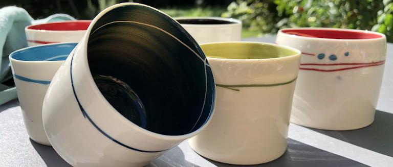 Laurence Thomas <p>Tasses en porcelaine blanche et colorées. Des céramiques du quotidien.</p>